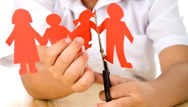 Genitor é apenas a pessoa que fez a criança e não deu afeto. Pai já pressupõe afeto.