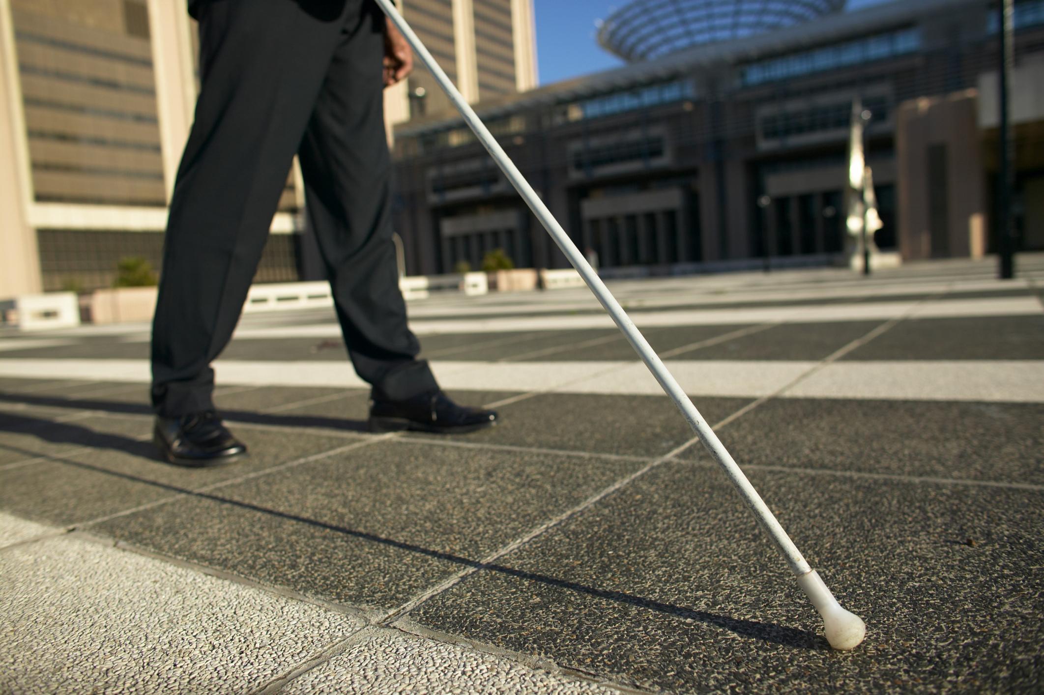A incapacidade advém da lei, considerando que nenhuma pessoa poderá sofrer limitações no exercício de seus direitos.