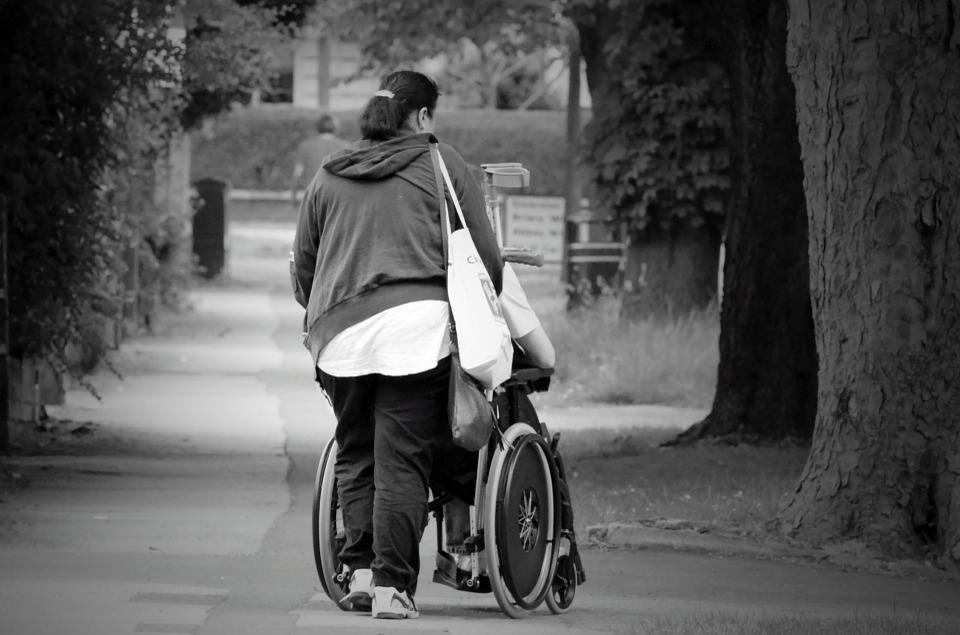 A pessoa com deficiência não está, automaticamente, desautorizada de participar ativamente dos atos da vida civil.