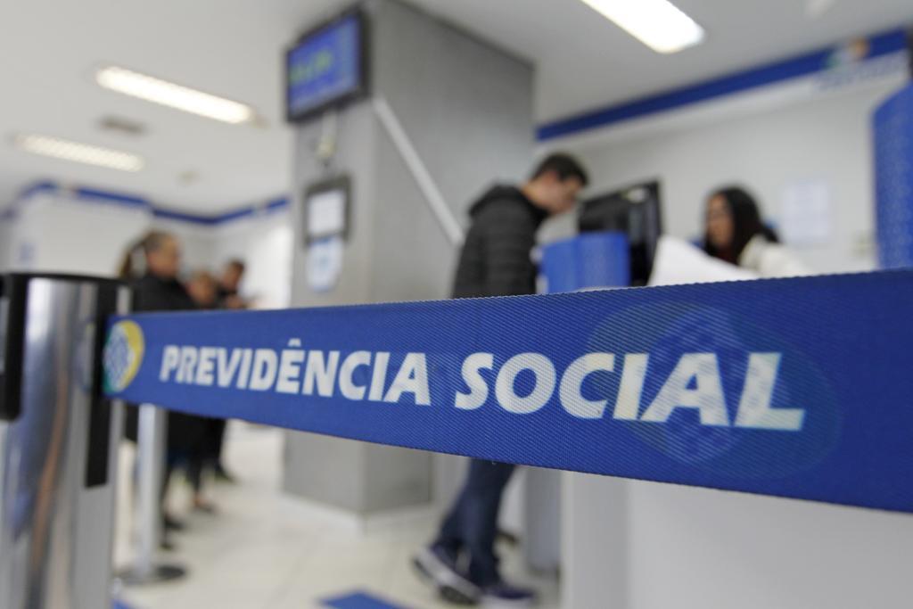 No Brasil, os idosos são vistos como trabalhadores menos produtivos e mais caros porque têm salários maiores.