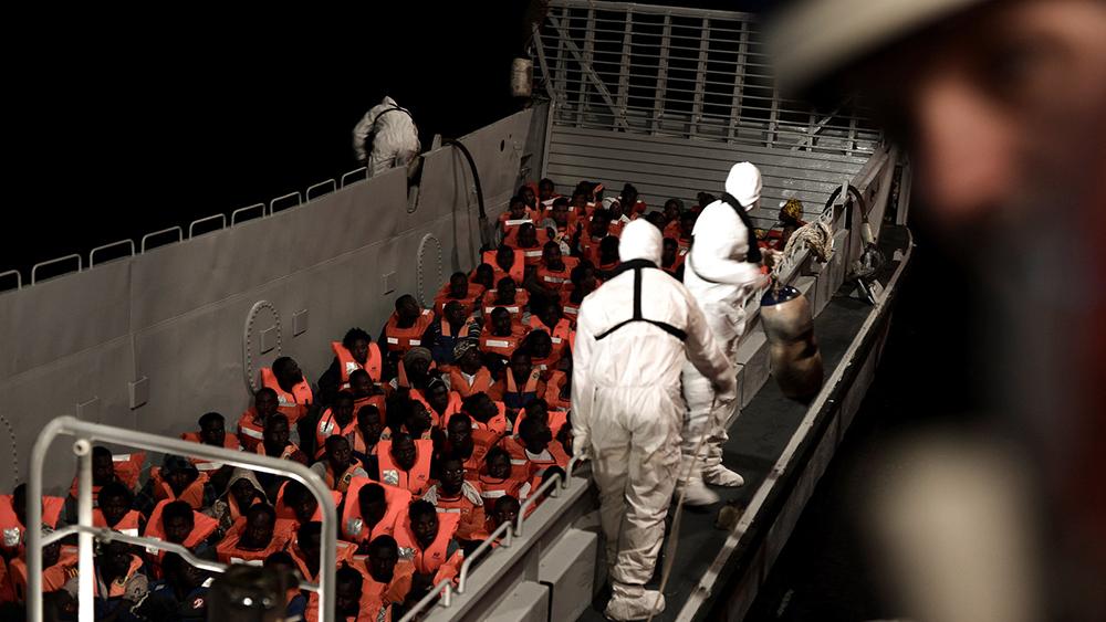 O governo populista da Italia se recusou a permitir que uma embarcação de resgate que transportava centenas de migrantes africanos atracasse no país. A Espanha depois se ofereceu para aceitar o navio.