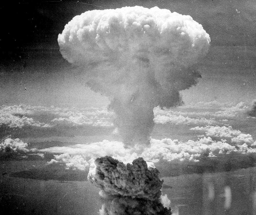 Atualmente, comparadas às centenas de armas nucleares que nove potências mundiais têm armazenado, as bombas de Hiroshima e Nagazaki são apenas inocentes brinquedos infantis.
