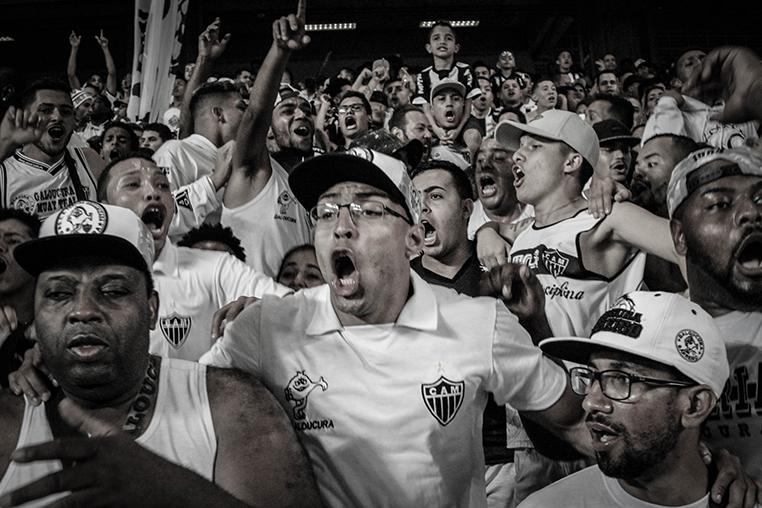 Torcedores do Atlético vibram durante o jogo contra o Internacional: