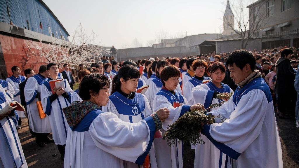 Católicos chineses durante procissão de ramos.
