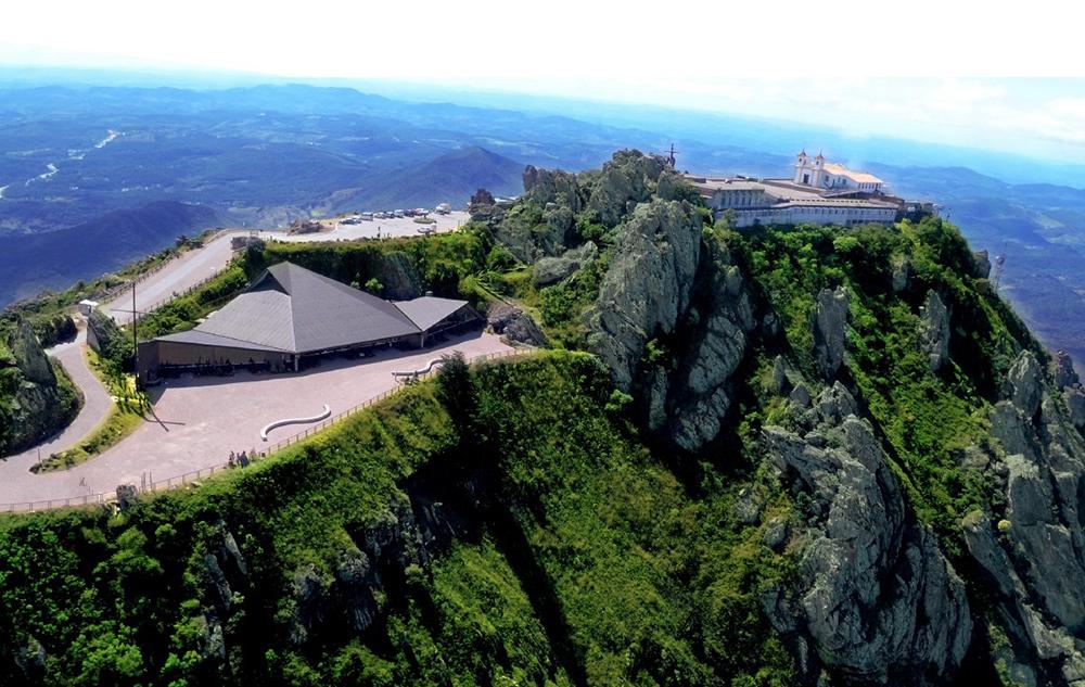 A Serra da Piedade é verdadeiro coração de Minas Gerais, pois congrega riquezas minerais, religiosas, históricas, culturais e paisagísticas que compõem a identidade do Estado.