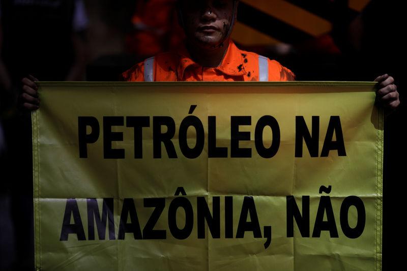 Ativista do Greenpeace durante protesto no Rio de Janeiro em dezembro de 2018.