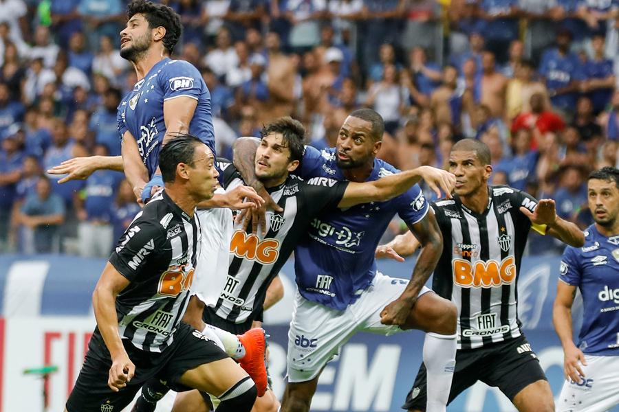 Pênalti claro em Igor Rabello sequer foi revisado pelo VAR no Mineirão.