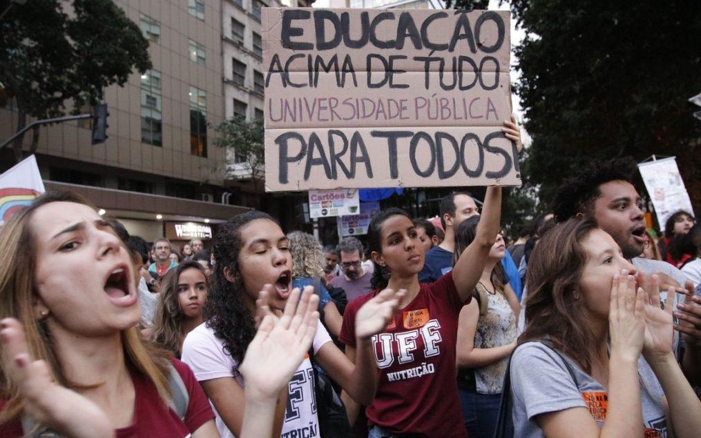 Idiotas úteis? Bolsonaro poderia, especialmente fora do país, controlar o vocabulário. Preferiu xingar.