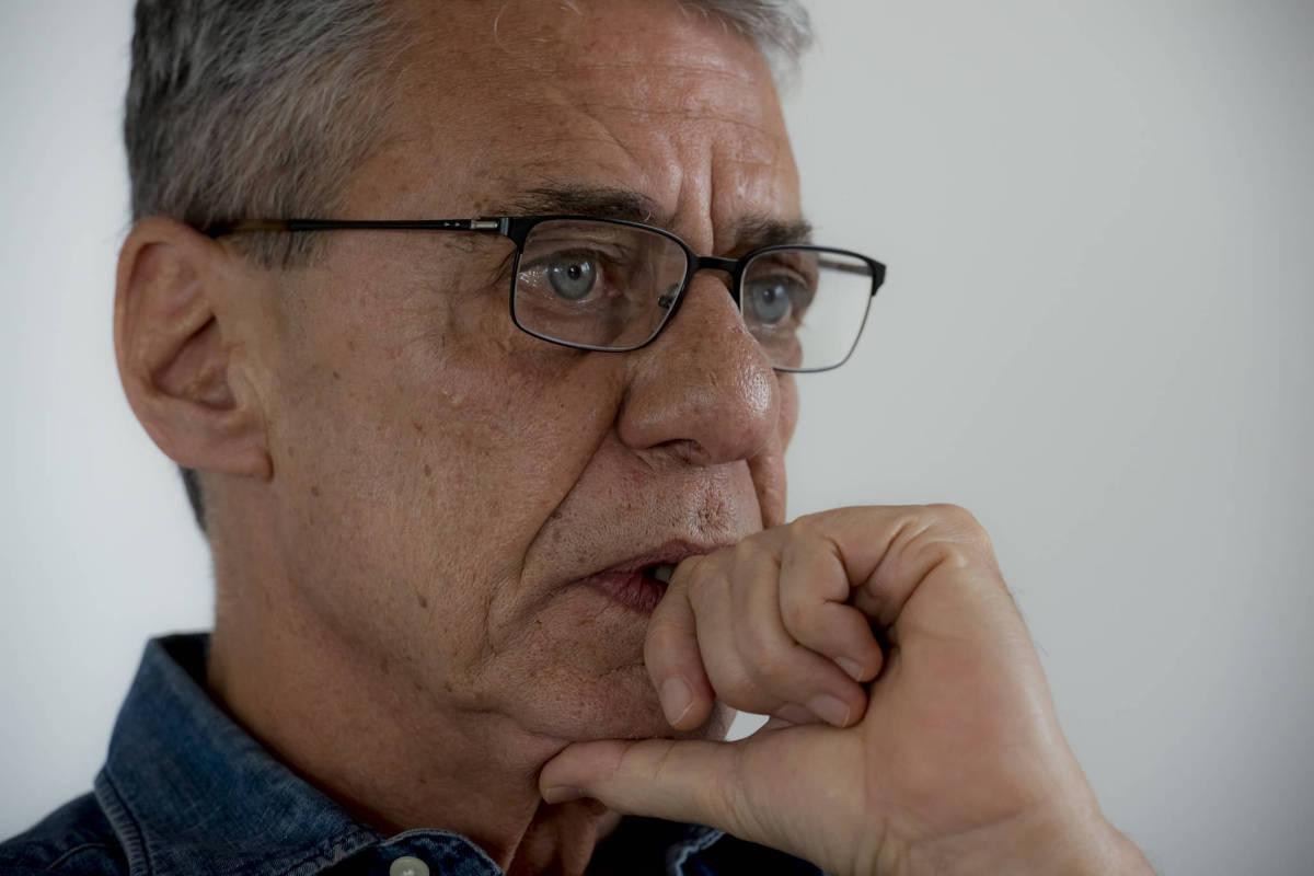 O fato de Chico Buarque ser um compositor consagrado deve ter pesado a seu favor no Prêmio Camões.