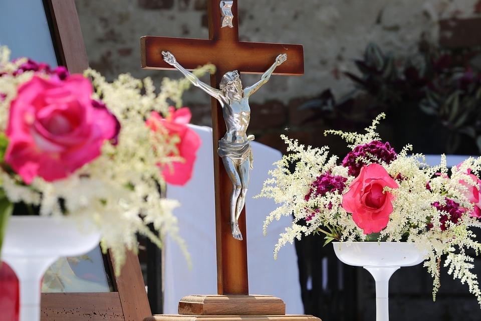 Em tantos outros locais, nas mãos, os católicos carregam as velas acesas que simbolizam suas promessas, suas dívidas, seus desejos.