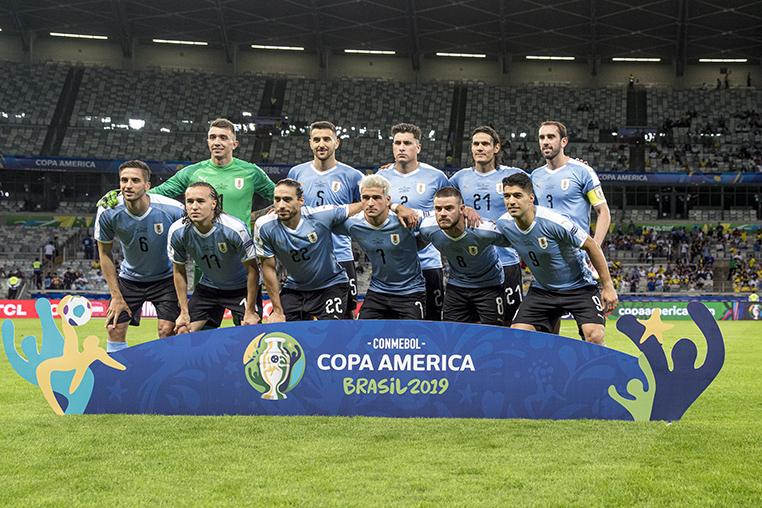 A seleção do Uruguai num Mineirão vazio e frio em reposta ao caríssimos ingressos da Copa América.