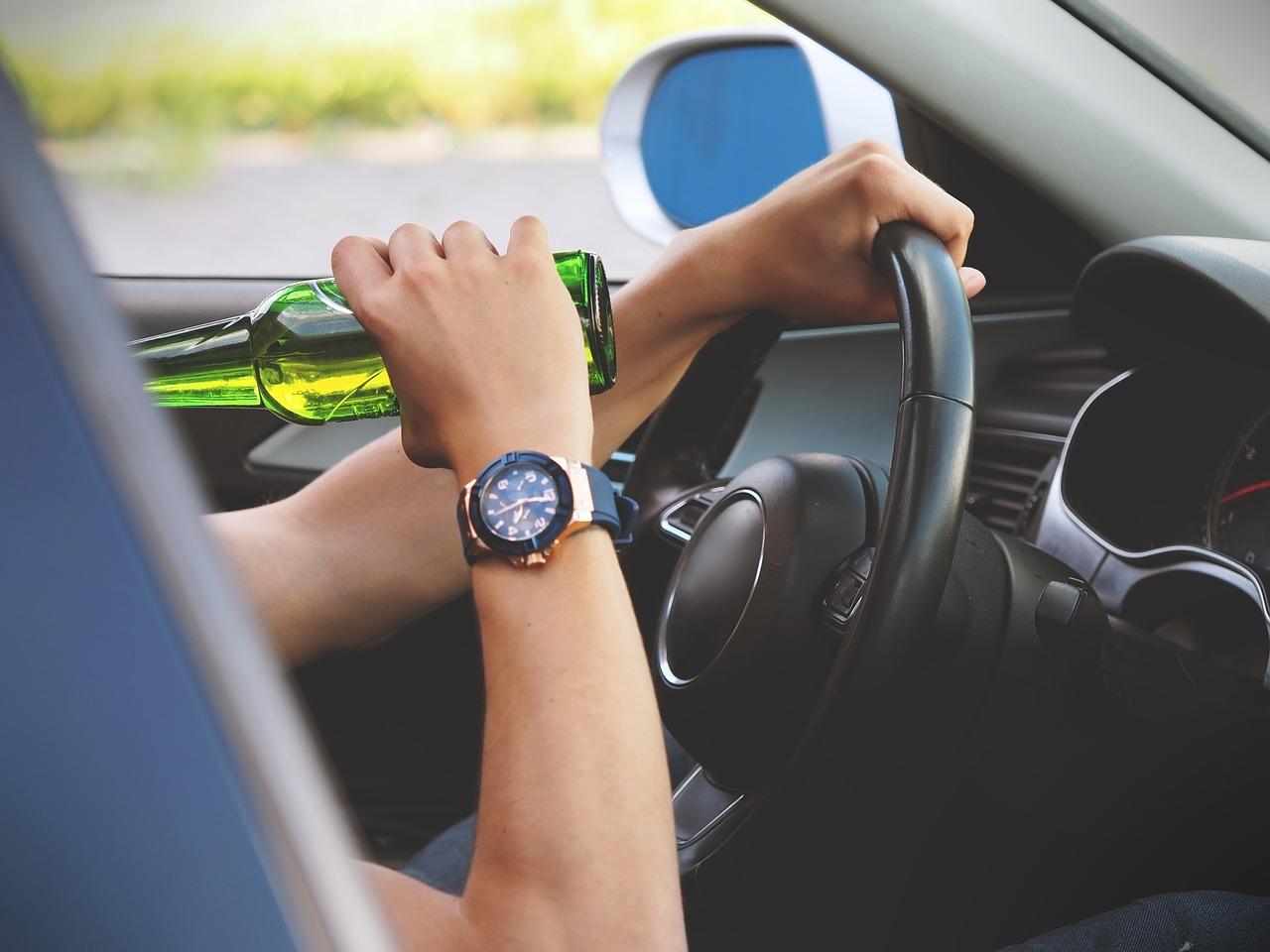 A maioria dos acidentes ocorre por erros humanos, como embriaguez, uso do celular ao volante, excesso de velocidade etc.