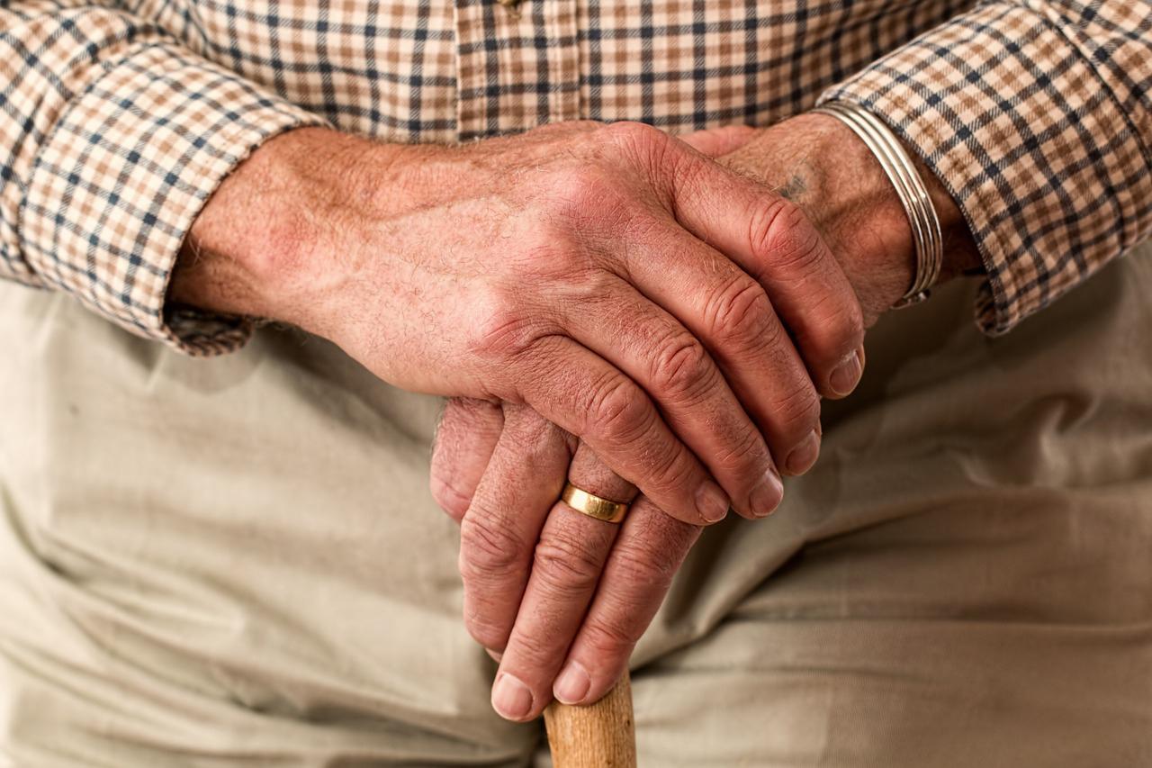 Existem inúmeras vantagens na aposentadoria especial, dentre elas a renda mensal sem a incidência de fator previdenciário e a possibilidade de aposentadoria mais cedo.