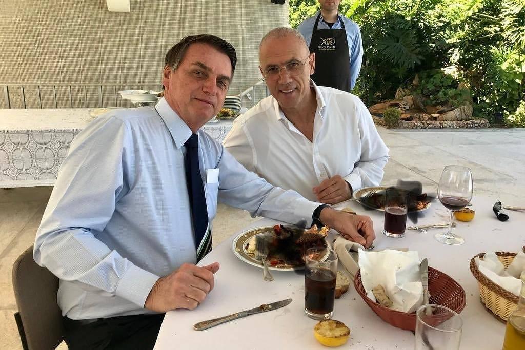 O presidente Jair Bolsonaro ao lado do embaixador Yossi Shelley, em imagem divulgada pela embaixada de Israel