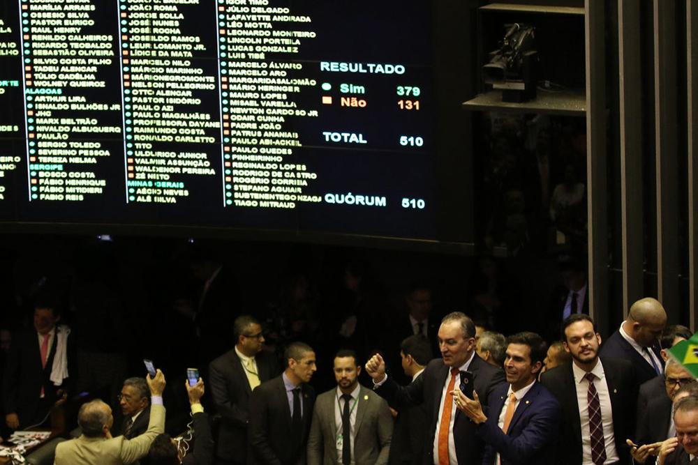 A proposta aprovada em primeira votação ainda terá que passar pelo segundo turno na Câmara dos Deputados e em mais dois turnos no Senado Federal.
