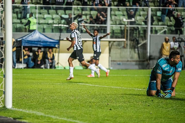 Vinicius comemora o primeiro gol do Galo diante de poucos torcedores.