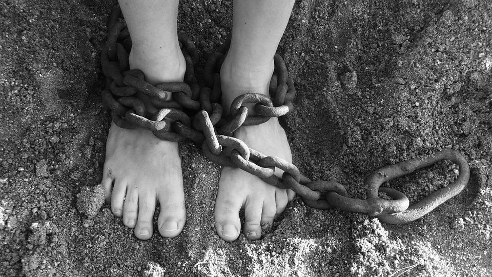 Os escravagistas do século 21 não operam mais em navios negreiros e sim em jatos de última geração.