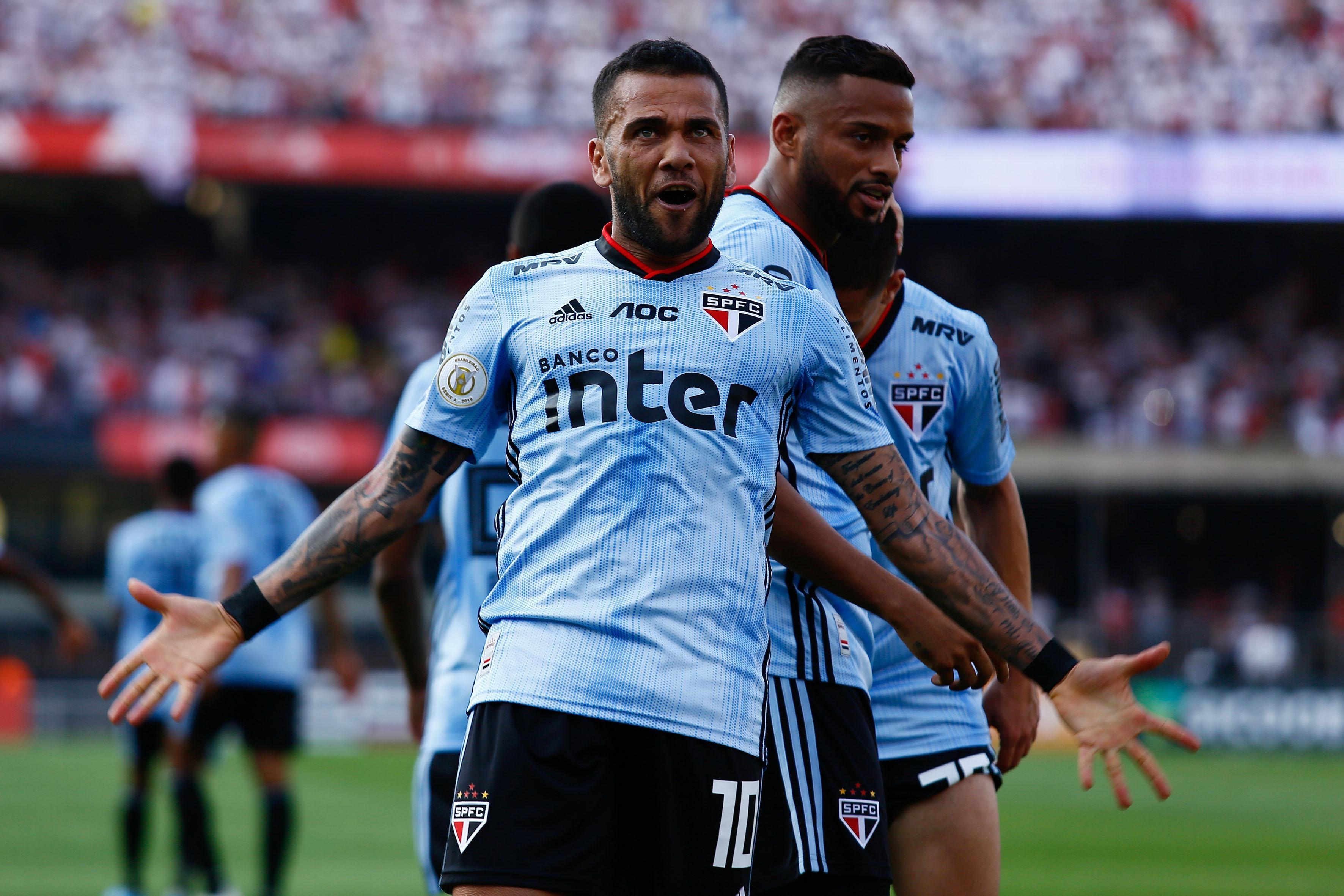 Daniel Alves fez o gol da vitória do São Paulo que está a somente cinco pontos do líder e pode diminuir a diferença para dois caso vença o jogo que tem a menos.