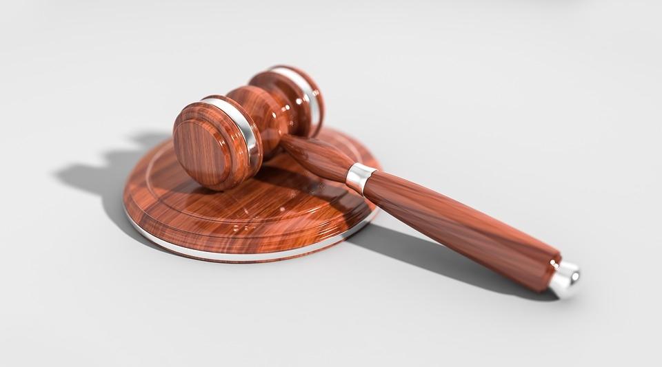 O juiz antecipará a tutela, com base em relatório médico, anexado com a inicial.