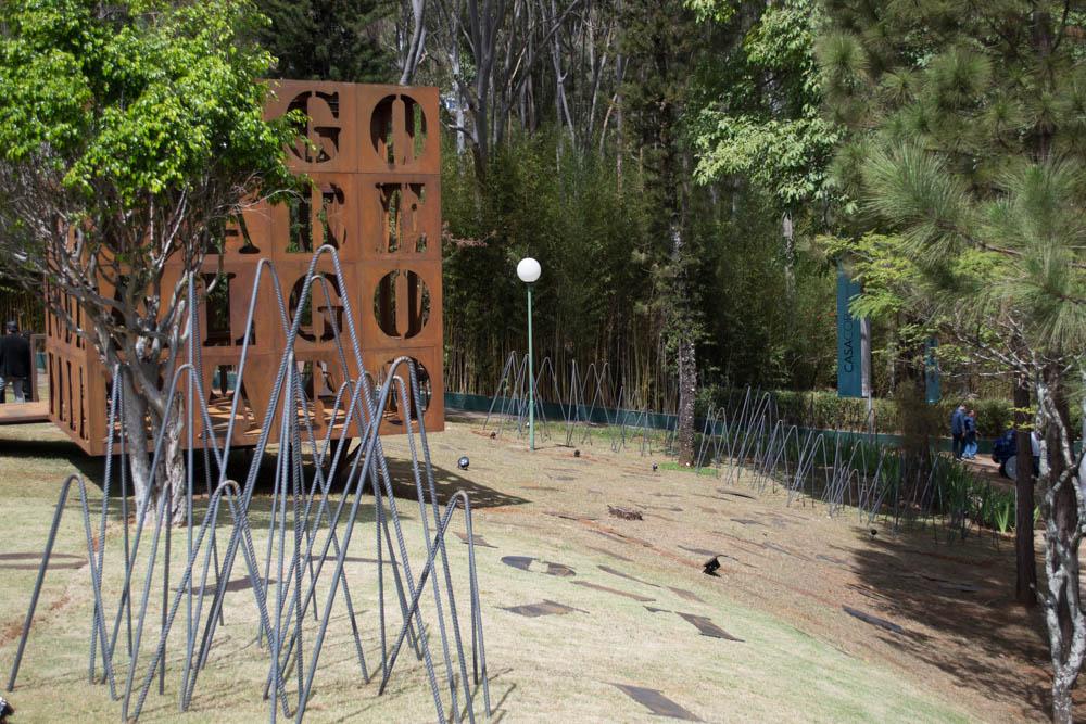 Instalação Cuboesia no jardim do Palácio das Mangabeiras.