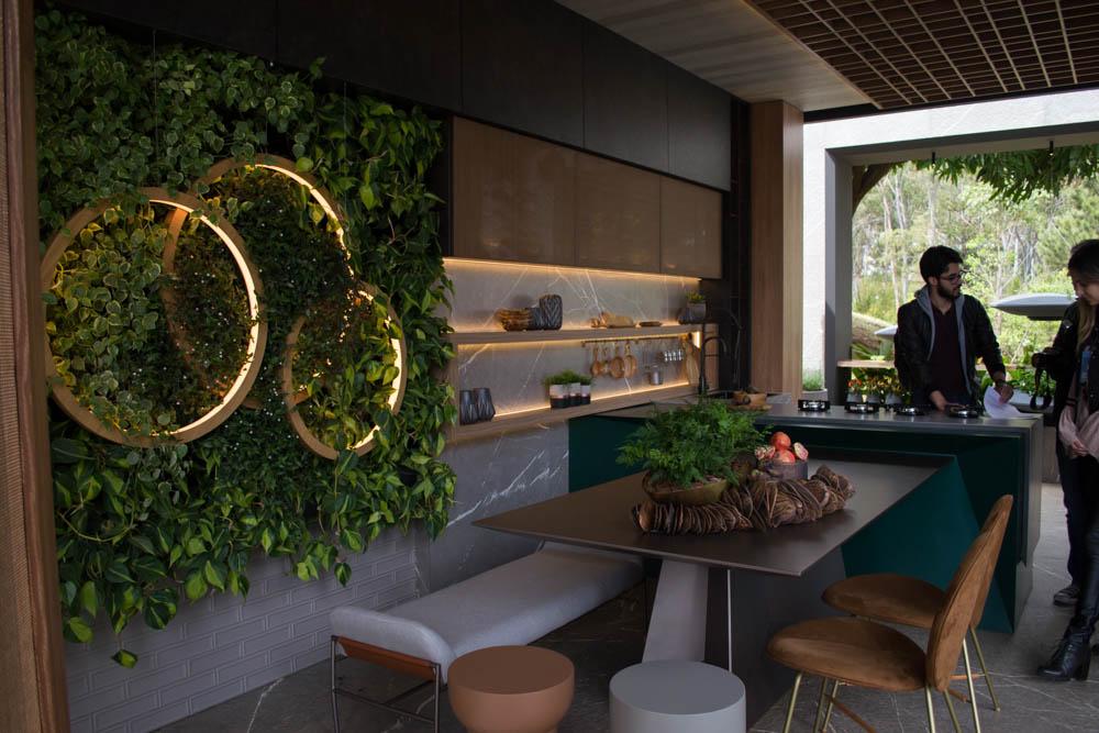 O ambiente Cozinha do Chef, de Nídia Soares, é uma espécie de gazebo que mescla interior e exterior.