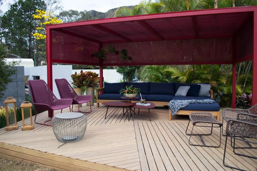 Cores como cassis e bordeaux trazem intimidade aos ambientes externos, como no ambiente elaborado pelo Duppio Design.