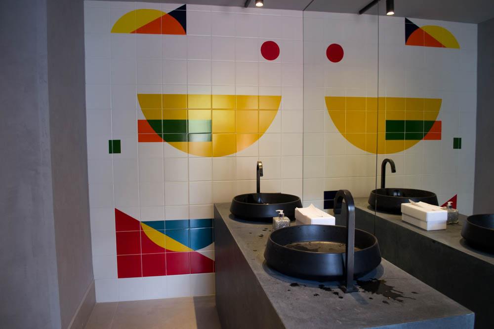 Alexandre Mancini é o autor dos painéis nos Banheiros Públicos, ambiente elaborado por Valéria Junqueira.