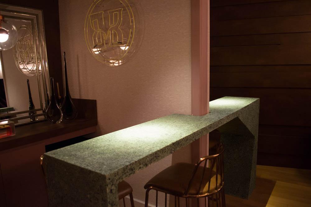 O rosa seco do Bar do Cinema, de Letícia Gontijo Longuinho, conjuga com a tendência da cor cassis e contrasta com o balcão que une espaços e abre a circulação.