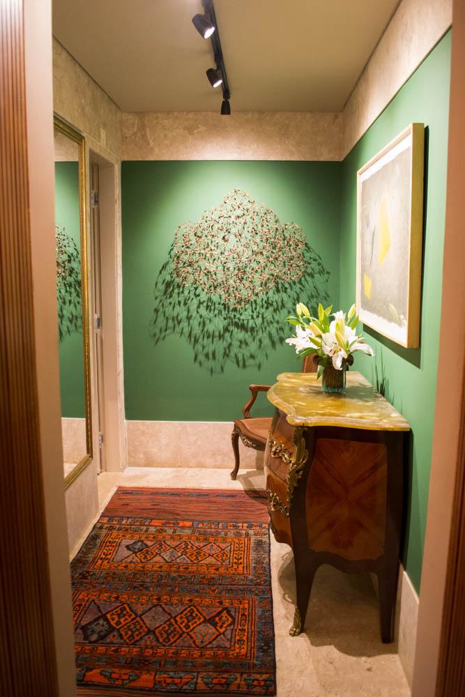 Iluminação dá destaque à decoração do Lavado, de Fernanda Basques e Renata Basques, uma antessala de dois banheiros.