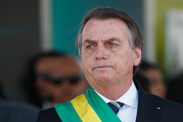 O Brasil nada ganha quando o presidente e o cordão que cada vez aumenta mais dizem que a mulher de Macron é feia, ou que nazismo é de esquerda