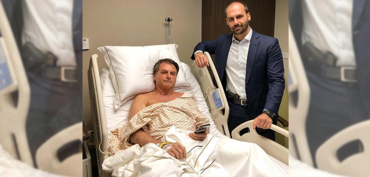 Ao visitar o pai no hospital, Eduardo Bolsonaro deixou-se fotografar com uma pistola na cintura.