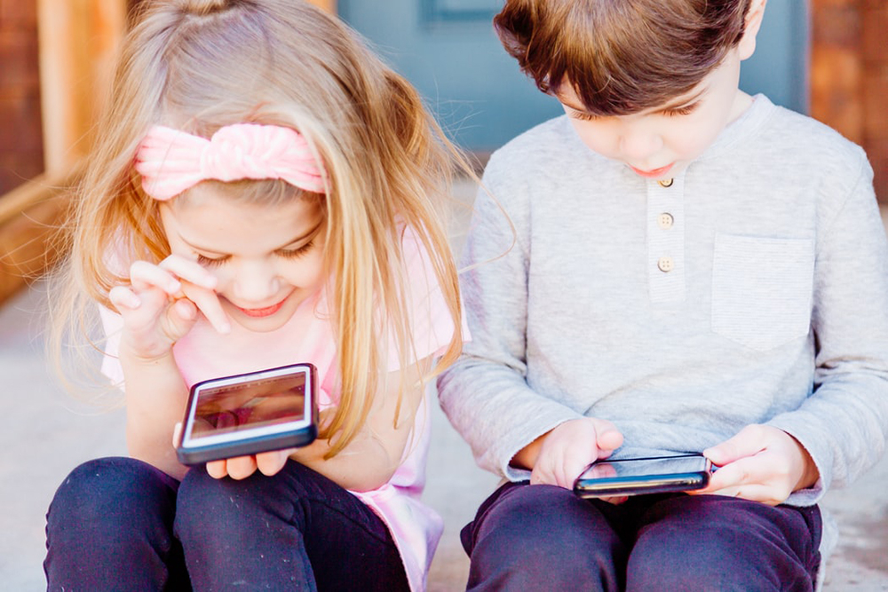 Nenhuma criança deveria ter acesso ao celular e à internet antes de ser iniciada no mundo dos livros