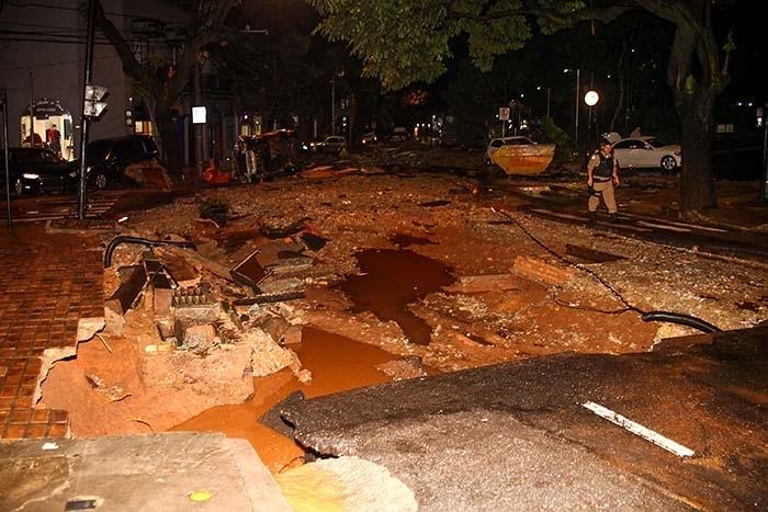 Ruas de Belo Horizonte ficaram totalmente destruídas