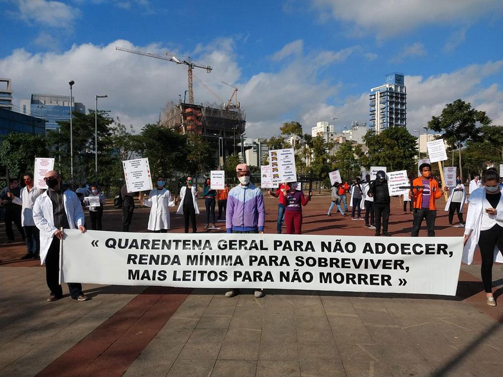 Cerca de 30 trabalhadores essenciais fizeram manifestação exigindo melhores condições de trabalho e em repúdio às ações do governo Bolsonaro de incentivo ao fim do isolamento social (8/05)