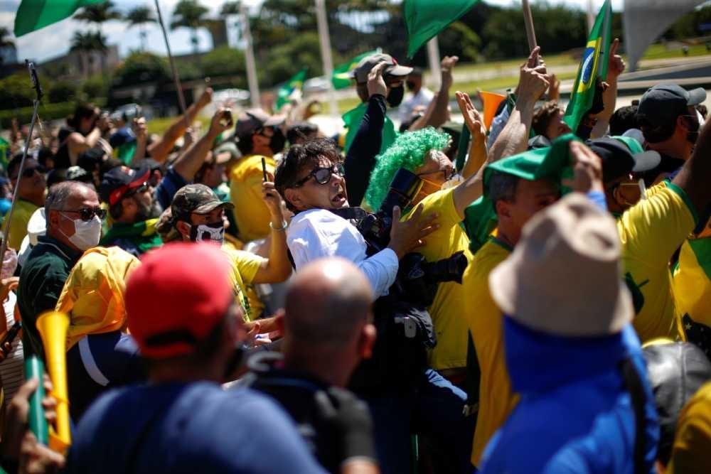 Bolsonaristas radicais se comportam como milicianos chavistas