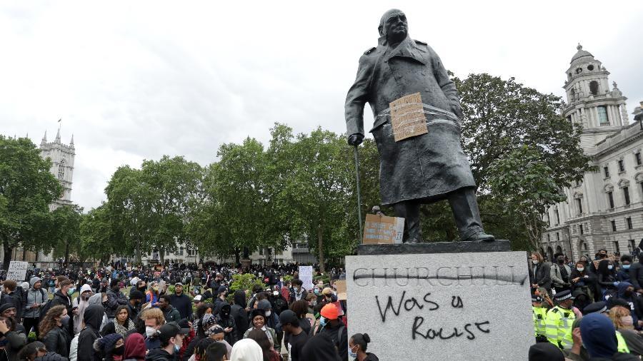 No dia 7 de junho, manifestantes escreveram a frase 'ele era racista' em uma estátua de Churchill no centro de Londres