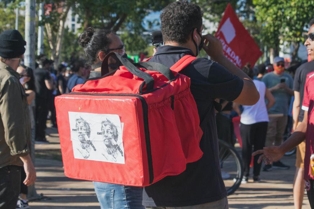 Motoboy em protesto contra o presidente Jair Bolsonaro, no Largo da Batata, em São Paulo