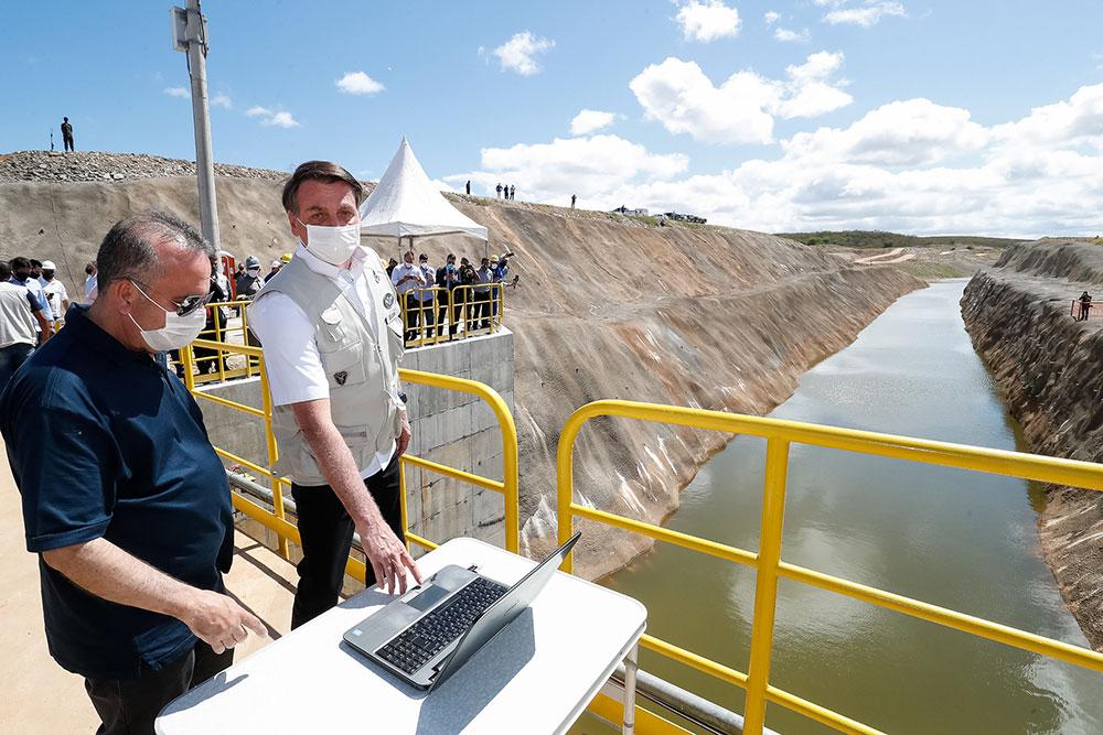 Presidente posa para fotos na obra da transposição do Rio São Francisco