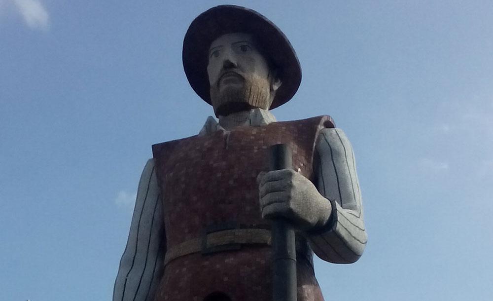 Estátua enorme de Borba Gato na Avenida Santo Amaro