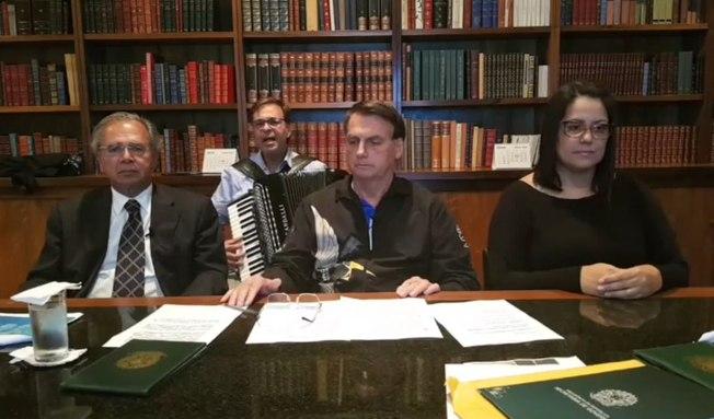 No início da transmissão do dia 25 de junho, Bolsonaro pediu para o presidente da Embratur, Gilson Machado, tocar na sanfona uma Ave Maria em homenagem aos mortos pela Covid-19