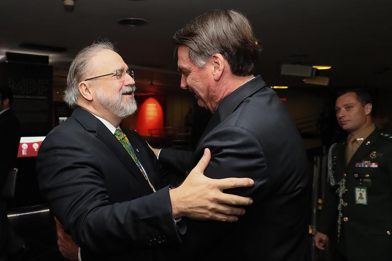 Bolsonaro recebe os cumprimentos de Augusto Aras na cerimônia de posse do PGR, em setembro de 2019