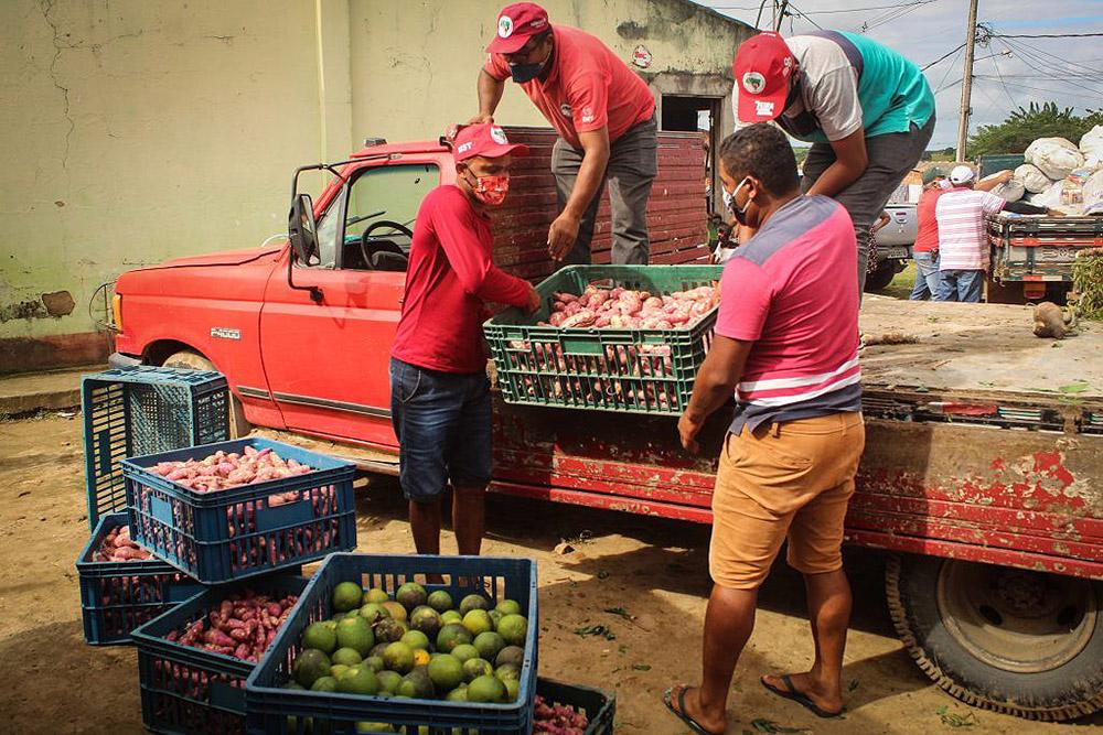 Camponesesda Reforma Agraria Popular, do MST, distribuem alimentos aos povos indígenas Pankariri e Kariri Xocó, no município de Porto Real do Colégio, região agreste do estado de Alagoas