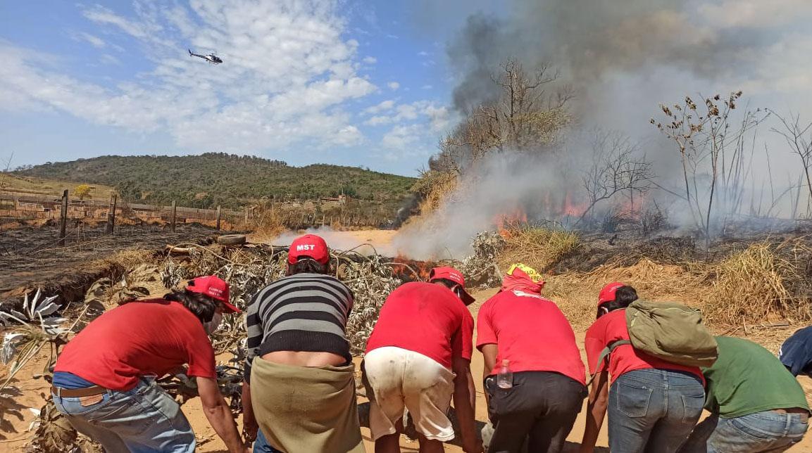 PM atira bombas contra acampados do MST que lutam há 50 horas contra despejo em MG