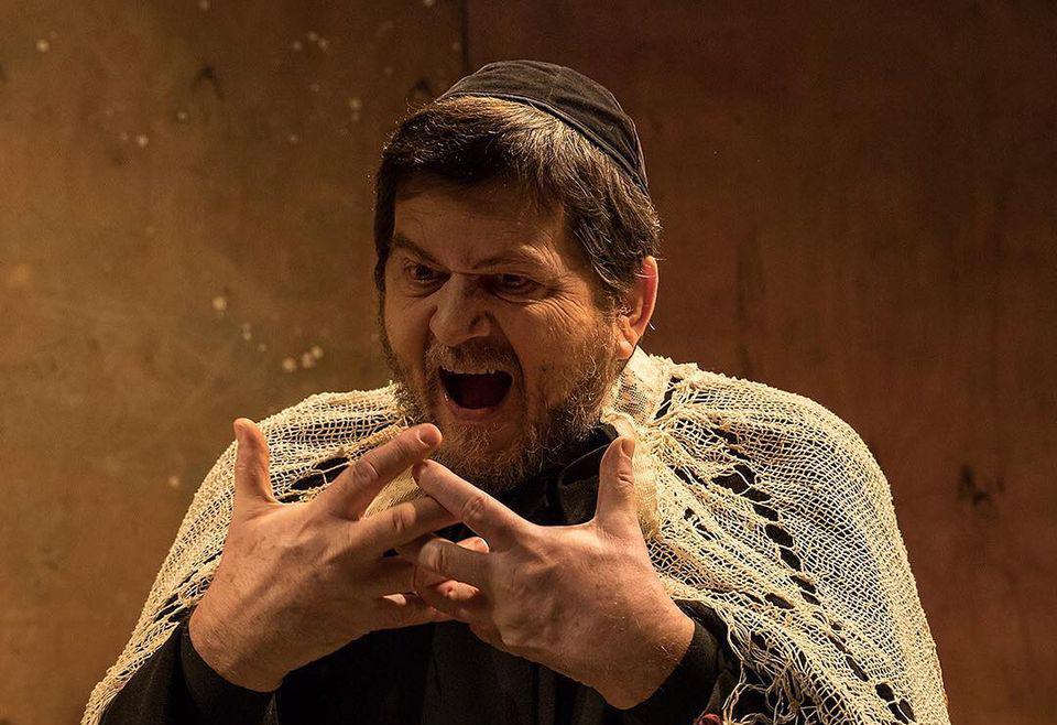 Celso Frateschi em cena de 'O grande inquisidor'