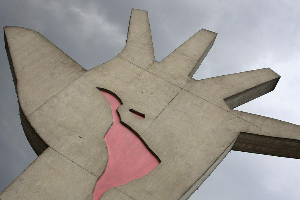 Mão, escultura de Oscar Niemeyer em cuja palma vemos o mapa da América Latina como que se esvaindo em sangue