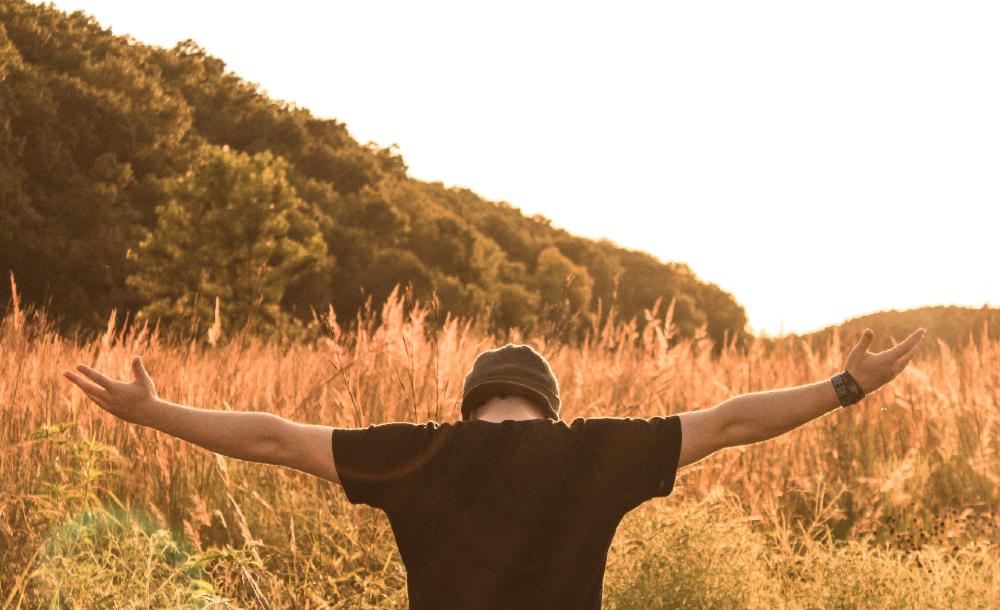 Quem procura ligar fé e vida aprende a discernir nos acontecimentos do dia a dia os sinais da presença íntima e discreta do Espírito que atua através das pessoas que aceitam ser instrumentos da atuação divina