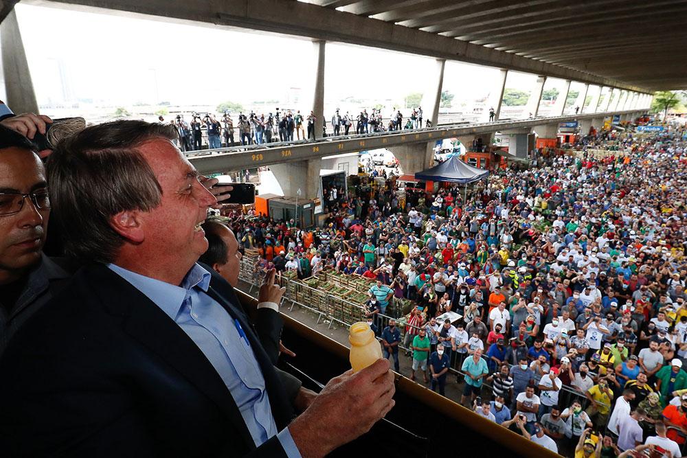 Bolsonaro durante visita Ceagesp, aglomerando pessoas, várias sequer usaram máscara