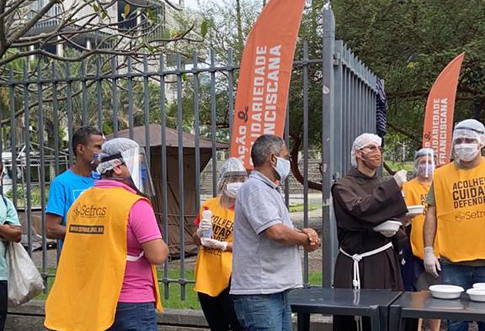 Tenda Franciscana alimenta a população de rua e desempregados no centro da capital fluminense