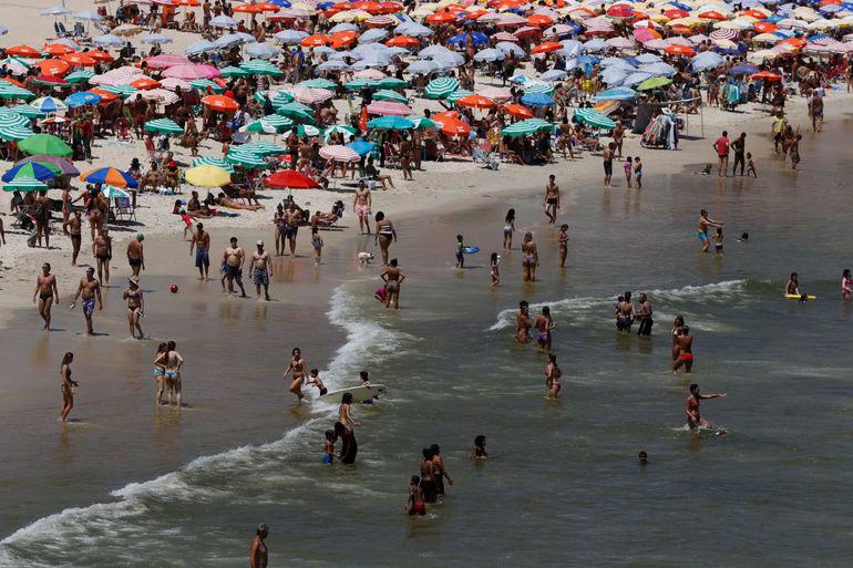 O que dizer das pessoas que lotam praias e feiras populares em tempos de pandemia?