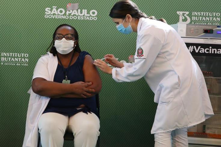 Mônica Calazans, mulher, negra e enfermeira, foi a primeira pessoa do país a ser vacinada contra a Covid-19